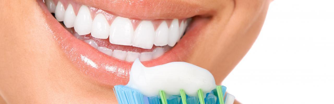 Clareamento Caseiro Conheca Os Riscos De Clarear Os Dentes Sem A